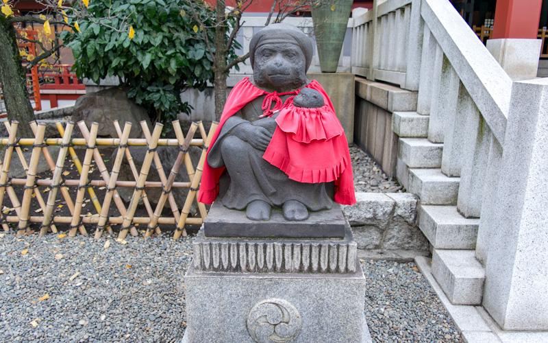日枝神社の母猿