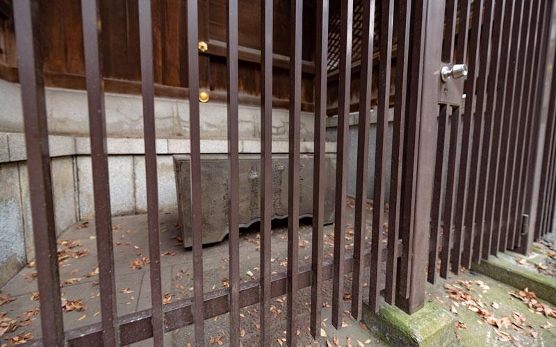 十二社熊野神社の文化財「大田南畝の水鉢」