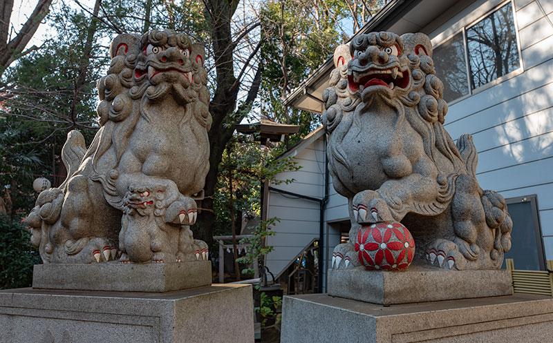 神明氷川神社の社殿前の狛犬