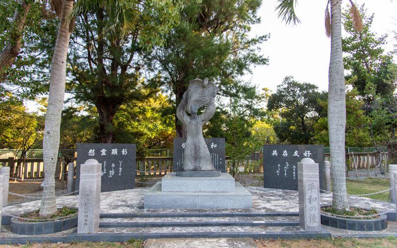 護国神社 慰霊碑平和の像